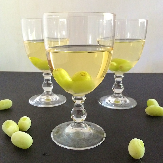 #HealthyKitchenHacks - How to Chill a Glass of Wine Without Ice Cubes @tspbasil #cookinghack #kitchenhacks