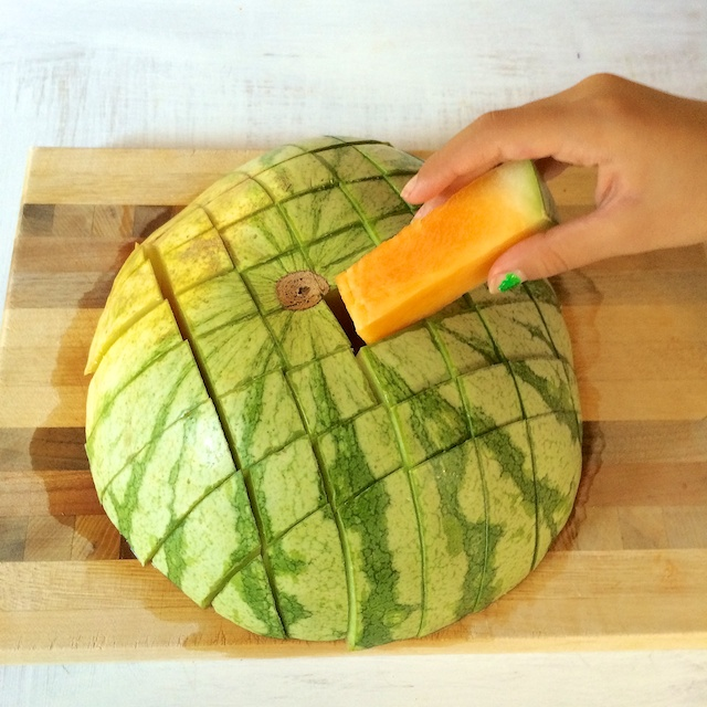 Healthy Kitchen Hacks: A fun way to cut and pack watermelon for your kids' lunch box. @tspbasil