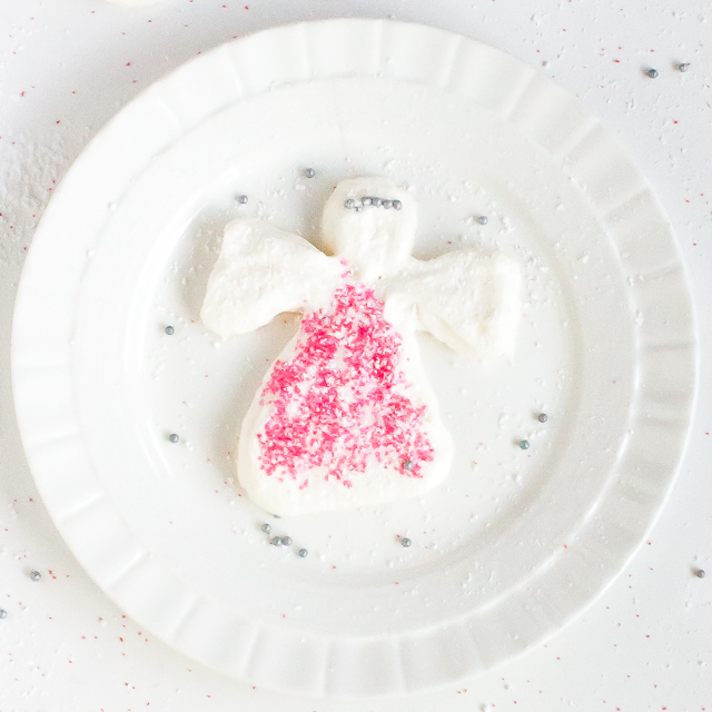 No #pinterestfails! Easy to form Snow Angels are fun to make: HOW TO MAKE CHRISTMAS MERINGUE | @TspCurry For more holiday recipes: TeaspoonOfSpice.com