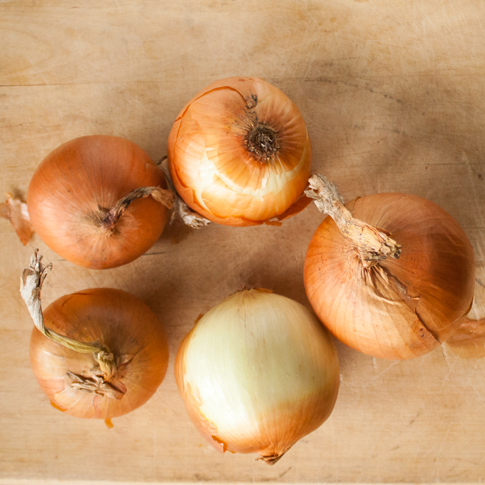 This caramelized onion trick is totally hands-off. CARAMELIZED ONIONS IN THE SLOW COOKER | @TspCurry - For more Healthy Kitchen Hacks: TeaspoonOfSpice.com