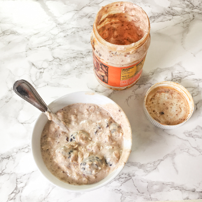 Save your empty peanut butter jar and make these overnight oats! Get the recipe and more healthy kitchen hacks at Teaspoonofspice.com